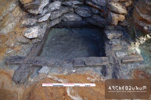 Fond de puits gallo-romain avec cadre en bois de soutènement