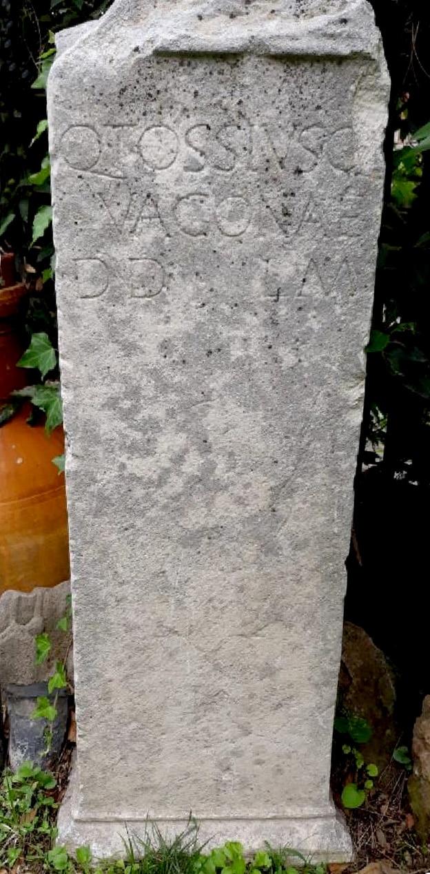 Stèle inscrite, découverte dans les années 1950, avec une dédicace à Vacuna