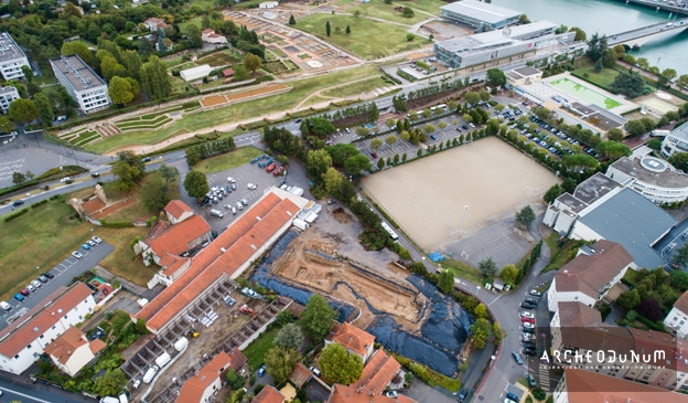 Fig. 1 : Vue aérienne du chantier. Au fond, le Musée et site de Saint-Romain-en-Gal. © Flore Giraud pour Archeodunum.