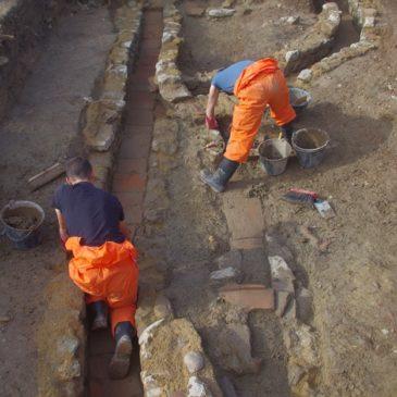 Fig. 4 : Interruption dans le mur de terrasse et canalisations en cours de fouille.