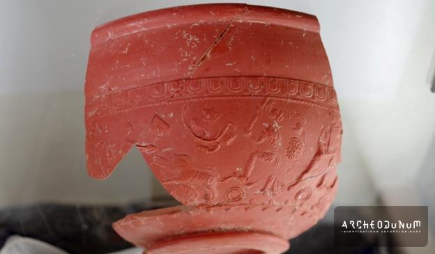 Fig. 5 : Bol en terre cuite avec décor de gladiateurs
