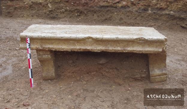 Fig. 7 : Banc en pierre retrouvé encore debout lors de la fouille.