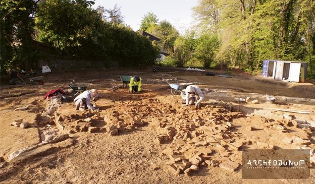 Fig. 2 : Les archéologues au travail