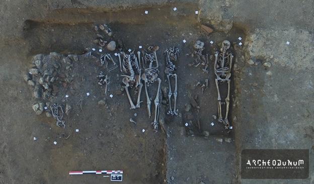 Fig. 7 : Tombe collective du Haut Moyen-Âge, installée dans les ruines de la villa antique.