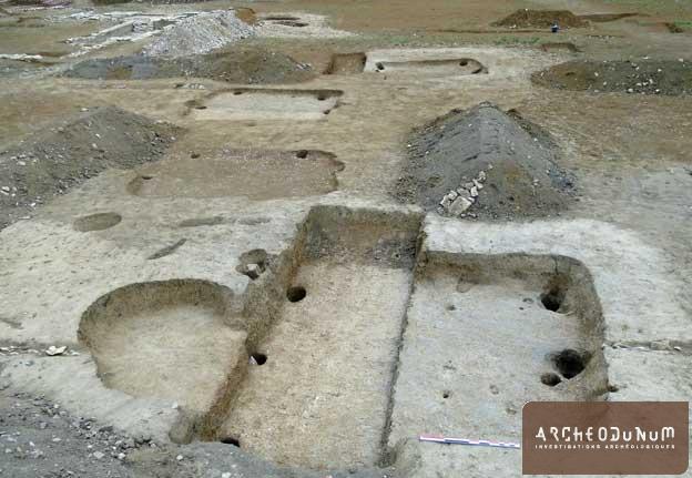 Vue d'un bâtiment excavé du haut Moyen-âge