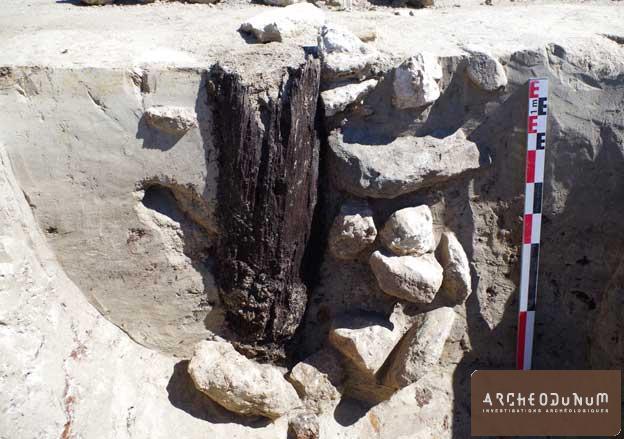 Poteau de bois conservé au sein de la probable tour de guet