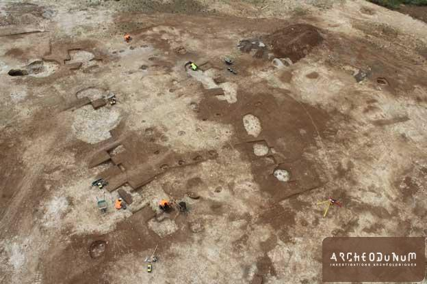 Vue aérienne du bâtiment du Néolithique ancien en cours de fouille (Cliché KapArchéo)