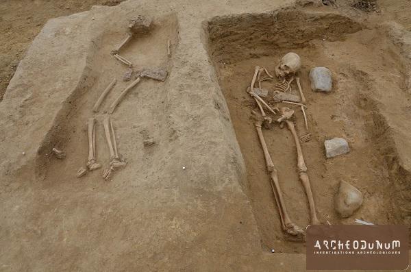 Deux défunts, probablement des femmes, portant des garnitures de ceinture en fer damasquiné.