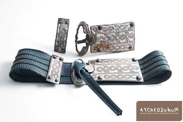 Garniture de ceinture en fer damasquiné et sa restitution
