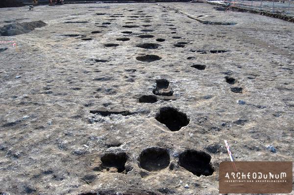 Riom - Ensemble de trous de poteau alignés appartenant  vraisemblablement à plusieurs bâtiments gaulois au plan indéterminés