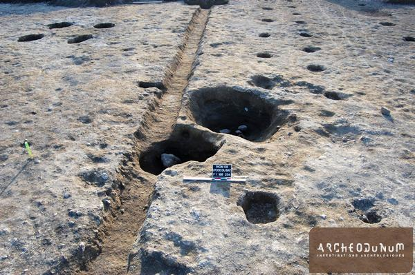 Riom - De la gauche vers la droite, fondations d'un grenier, fossé, silos, alignements de trous de poteau