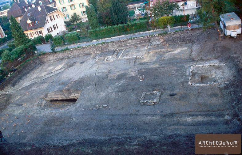 Yverdon-les-Bains - Vue générale en direction de l'ouest : fossés, trous de poteau, sacella, chapelles. Photo J.-M. Almonte.