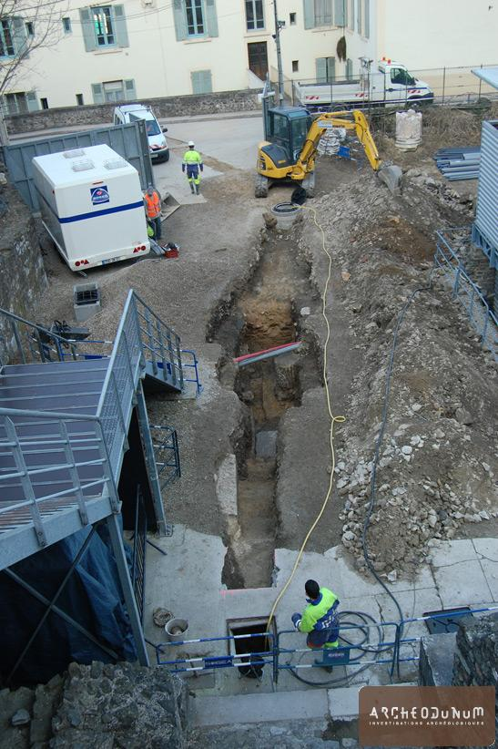 Tranchée localisée dans l'enceinte du théâtre antique avec au second plan la fosse de scène comblée durant l'Antiquité tardive.