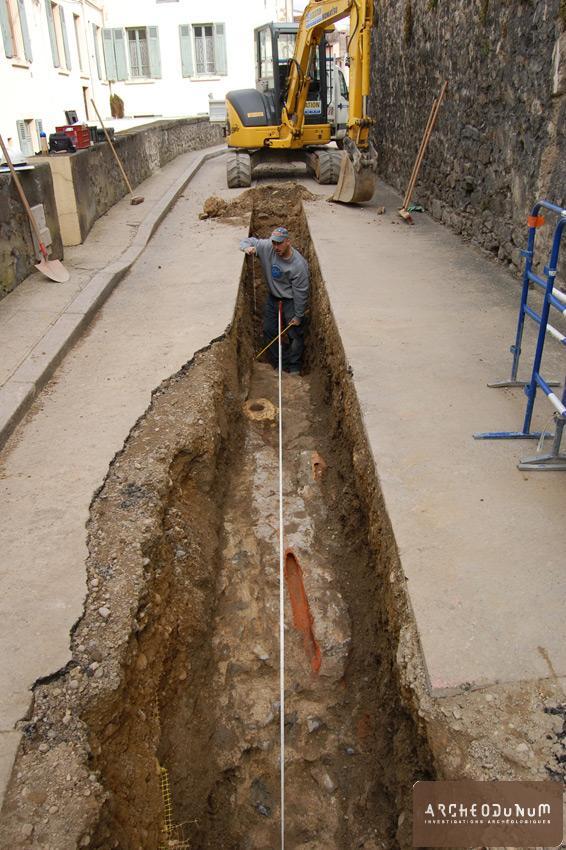Mur de soutènement antérieur à la construction du théâtre mis au jour dans la rue du Cirque.