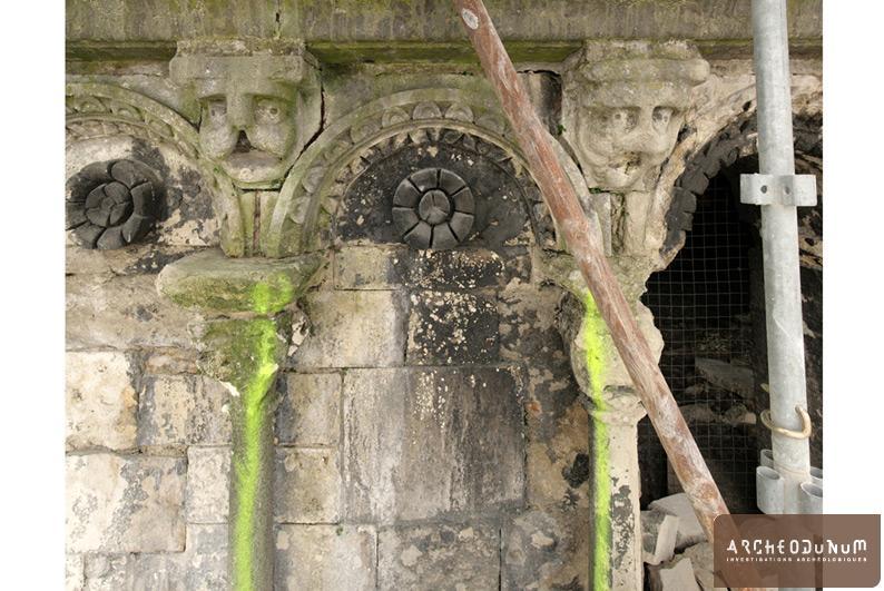 Vienne - Arcature placée en couronnement des chapelles nord.
