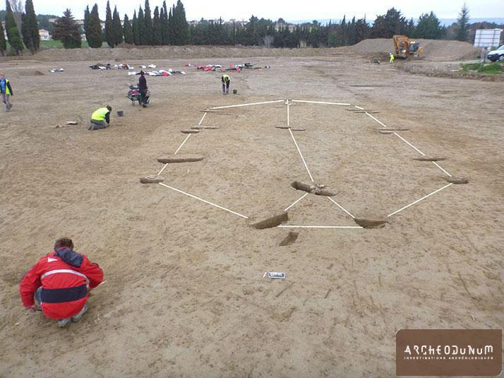 Reconstitution d'un plan de bâtiment d'après les trous de poteau en cours de fouille