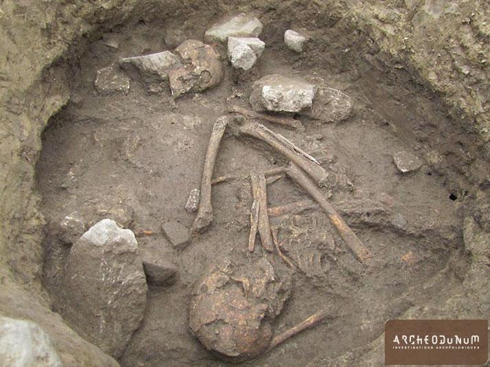 Découverte de deux individus néolithiques enterrés au fond d'une fosse silo