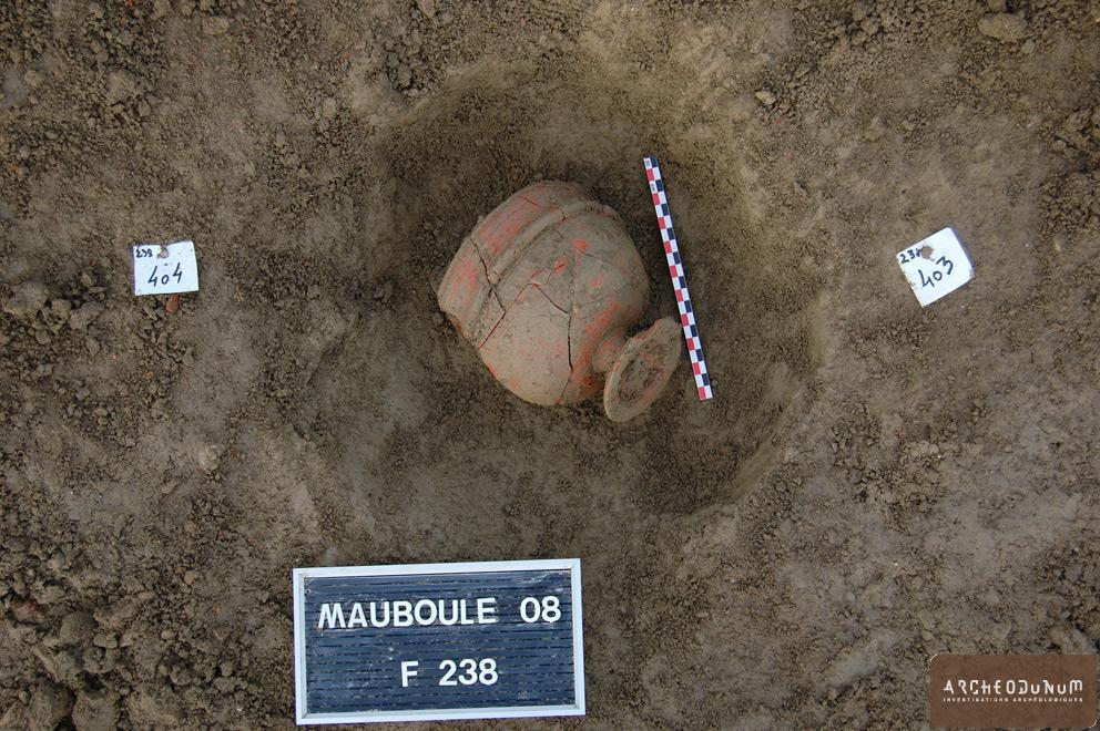 Valence - Vase en sigillée (DRAG 11) en place au fond d'un trou de poteau.