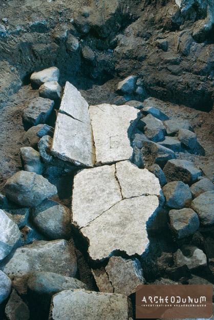 Fragments de l'inscription dédiée à Trajan lors de sa découverte (Photo Fibbi-Aeppli, Grandson)
