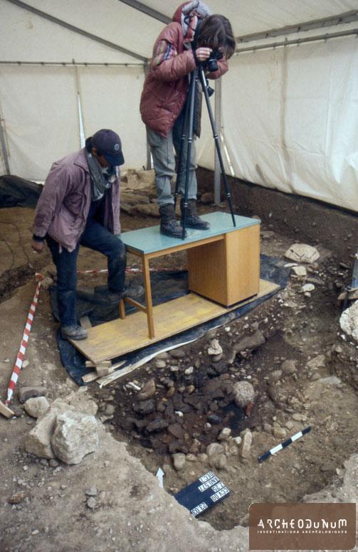 Relevé photographique d'une fosse renfermant de nombreux tessons de céramique du Bronze récent