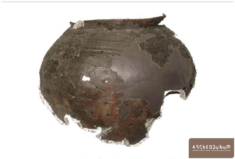 Grande urne funéraire presque complète de la fin de l'âge du Bronze final.