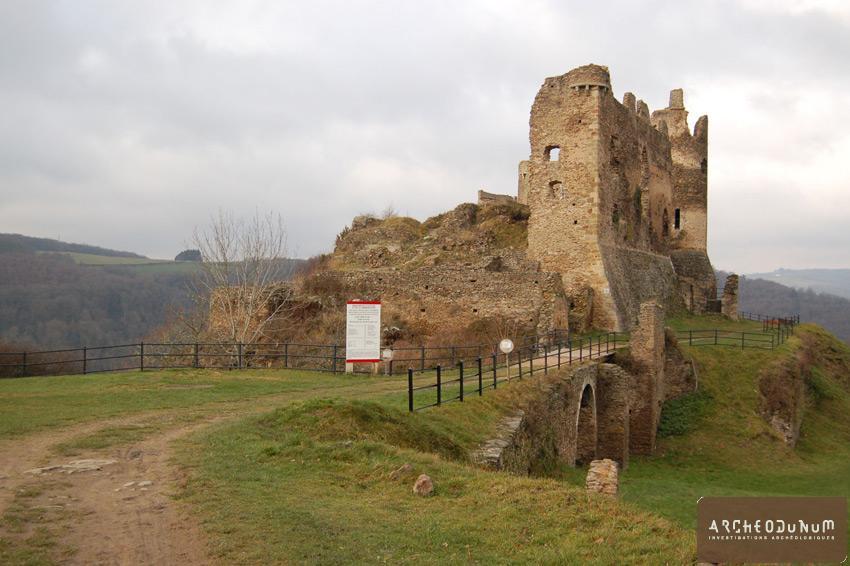 Saint-Rémy-de-Blot - Vue de la façade sud du château.