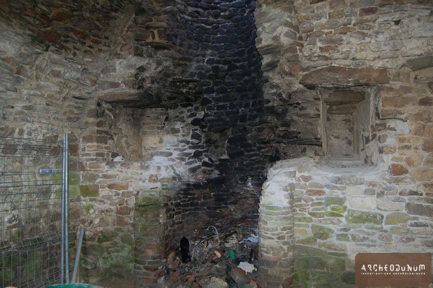 Saint-Rémy-de-Blot - Vue de la cheminée de plan arrondi de la pièce 14, depuis le nord-ouest.