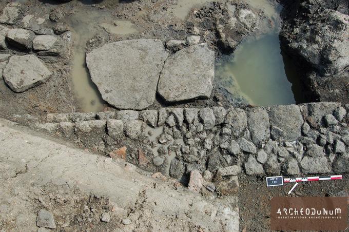 Mur, sol  et puits vus depuis le nord.