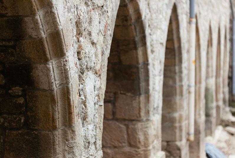 Montbrison - Alignement d'arcs des enfeus du cloître (Cliché F. Giraud)