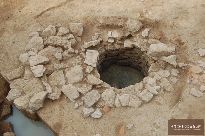 Puits antique, associé à une petite zone dallée permettant un accès à la réserve d'eau sans se salir.