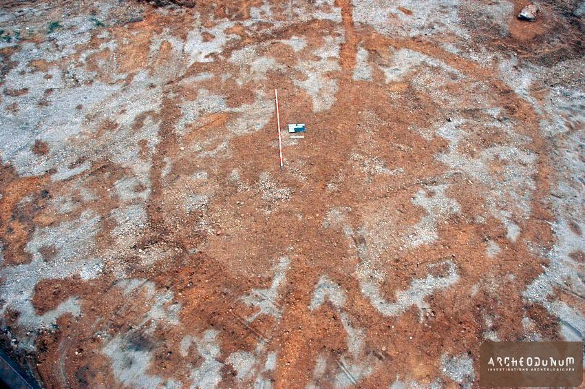 Niveau d'apparition du fossé circulaire. Une inhumation datée du Bronze final a été mise au jour au centre de cette surface.