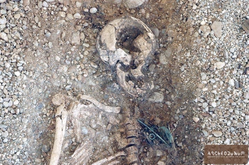 Tombe à inhumation  avec rasoir, épingle à tête vasiforme et anneau.
