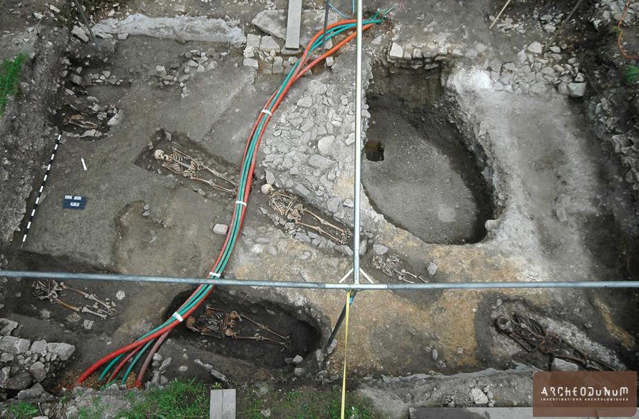 Alise-Sainte-Reine - Vue en direction du nord des sépultures découvertes au sud-ouest du monument.