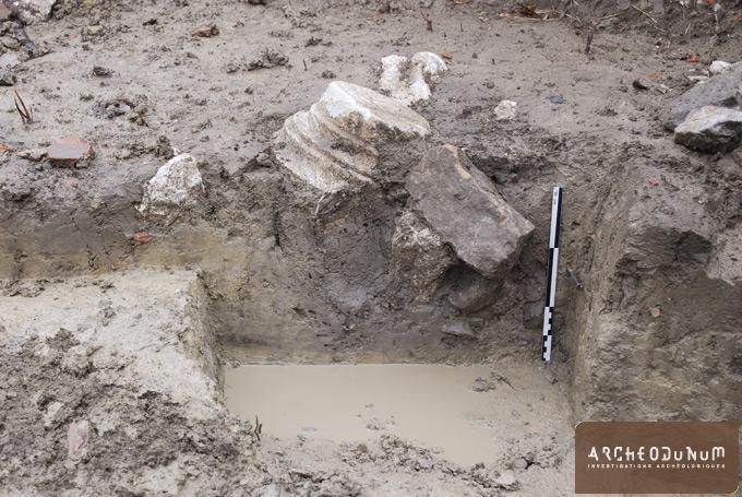 Coupe d'un trou de poteau contenant le fragment d'une colonne en remploi
