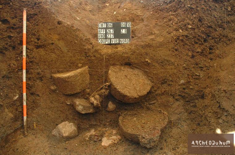 Dépôt de mobilier en fond de fosse