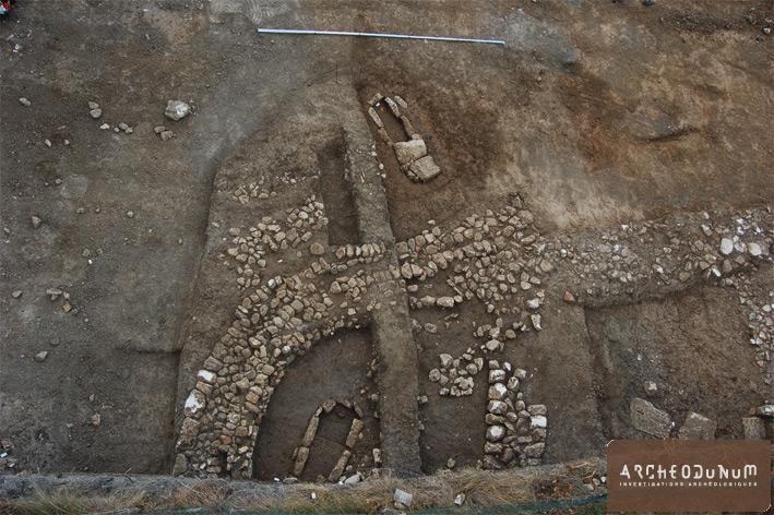 Vue du mur tardo médiéval et de l'aire sépulcrale.