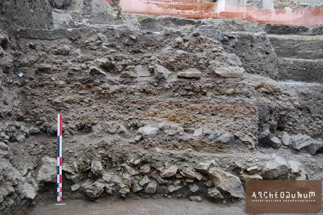 Clermont-Ferrand - Coupe stratigraphique de la chaussée antique.
