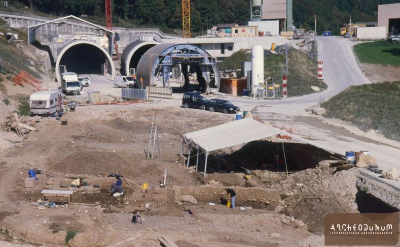 Concise - Vue générale du site à la fin de l'intervention archéologique. Il est situé juste devant l'entrée du tunnel de Concise