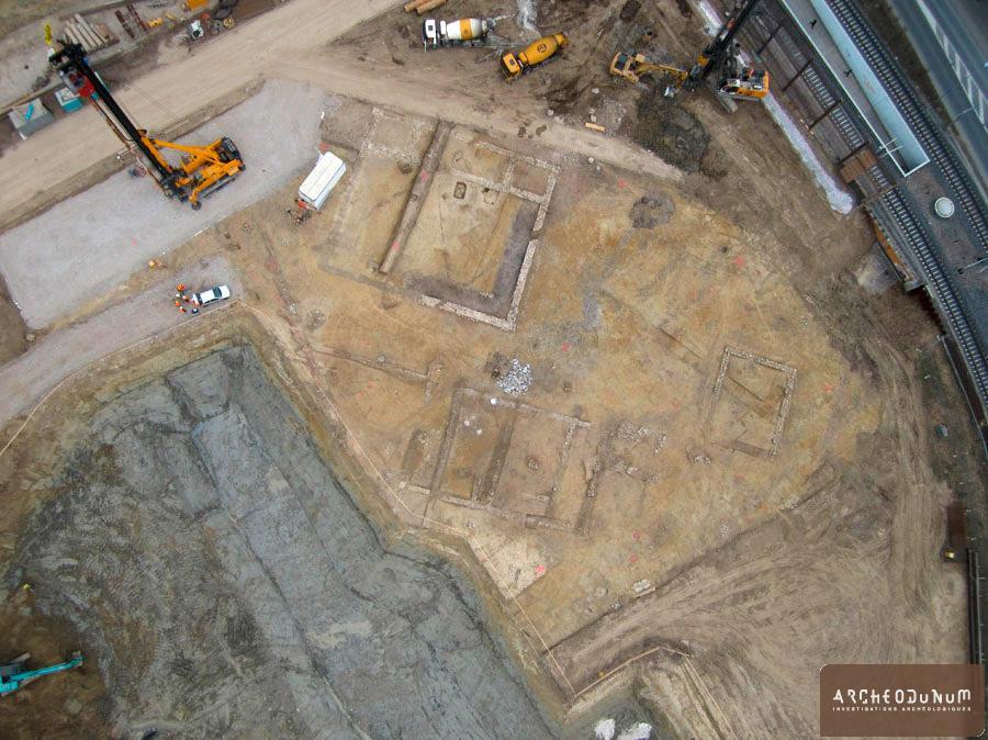 Vue d'ensemble de la moitié sud-est de la fouille En bas de la photo, on observe l'aile d'habitation du complexe principal (Photo senseFly Sarl).