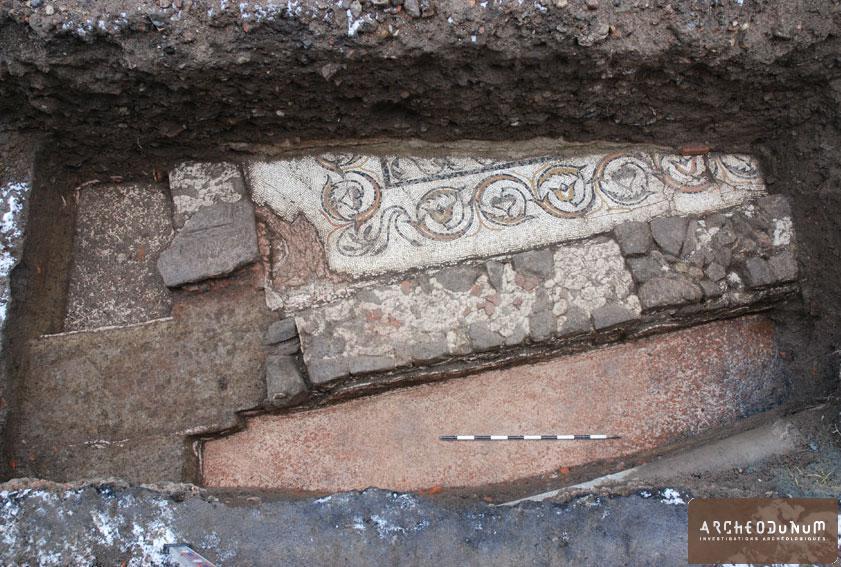 Feurs - L'angle sud-ouest de la mosaïque du Rozier dégagée en hiver 2009. Sa bordure est constituée d'une frise de rinceaux d'acanthe.