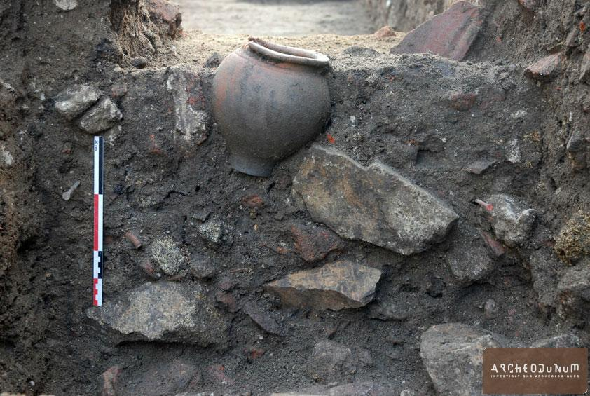 Feurs - Le dépôt céramique découvert dans les niveaux tardifs de l'insula 1.