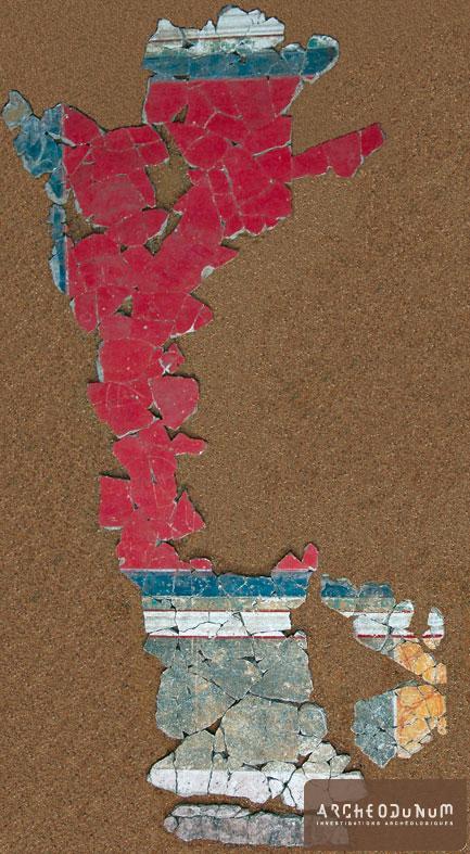 Feurs - Assemblage des fragments d'enduits peints découverts au sud de l'insula 1.