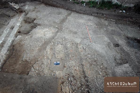 Vue de la surface conservée du cardo. On distingue au centre de la photo, au premier plan, les trois ornières.
