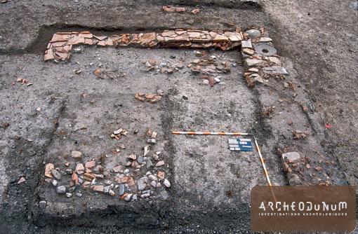 Solins constitués d'éléments de récupération: tuiles, blocs, boulets et fragments de meule.