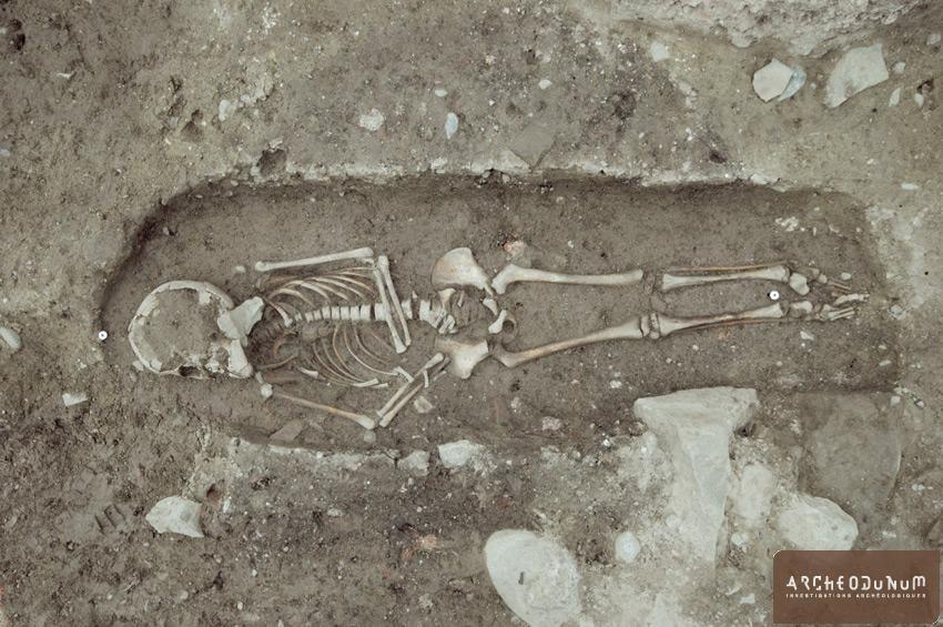 Massongy - Vue zénithale de l'inhumation d'un enfant daté entre 1449 et 1641 par radiocarbone.