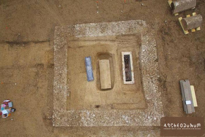 Jaunay-Clan - Vue verticale du mausolée et des deux sarcophages