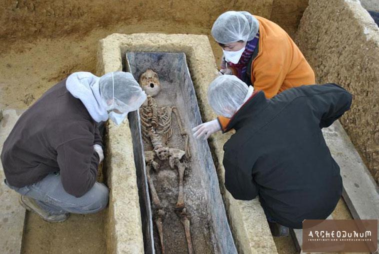 Jaunay-Clan - Fouille de la sépulture centrale
