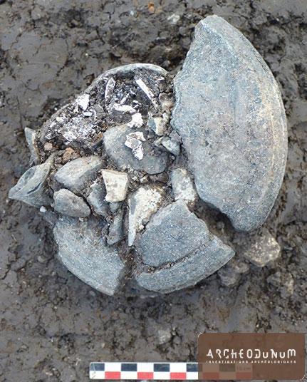 L'une des crémations en urne disposées autour du podium (début du Ier siècle ?)