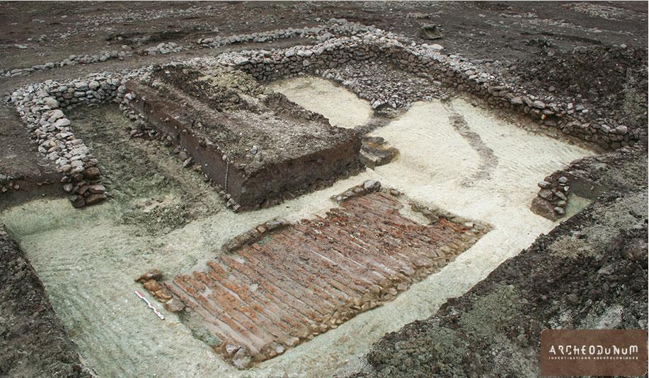 Enchevêtrement des deux bassins. On distingue, au premier plan, l'état initial avec plancher en bois, et au second plan les restes du bassin monumental en pierres sèches