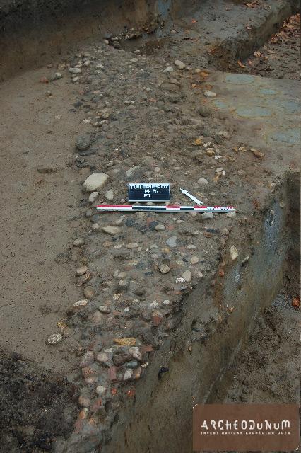 Chemin empierré bordé de fossés d'époque médiévale